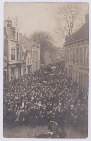 043521 - Volksmassa in de Zomerstraat t.g.v. de begrafenis van Wilhelmus Petrus Adrianus Mutsaers, geboren te Tilburg op 3 augustus 1833 en aldaar overleden op 12 februari 1907. Mutsaers was vanaf 23 december 1901 burgemeester van Tilburg. Hij was ook lid geweest van de Tweede Kamer, Gedeputeerde Staten en Provinciale Staten van Noord-Brabant.