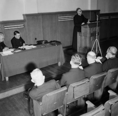 050995 - Vergadering. Bijeenkomst religieuzen. Paters. Rechts op de foto een bisschop.
