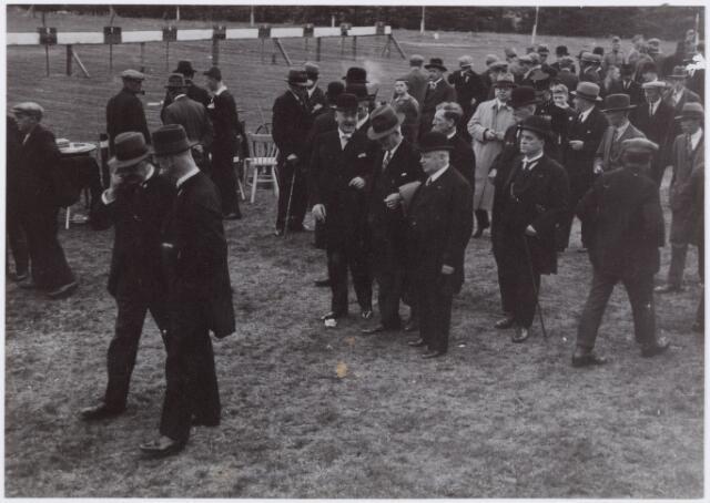 053670 - Landstormschietdag. Bij de schietbanen, links voor met zijn hand aan het hoofd de wethouder J. v.d. Mortel
