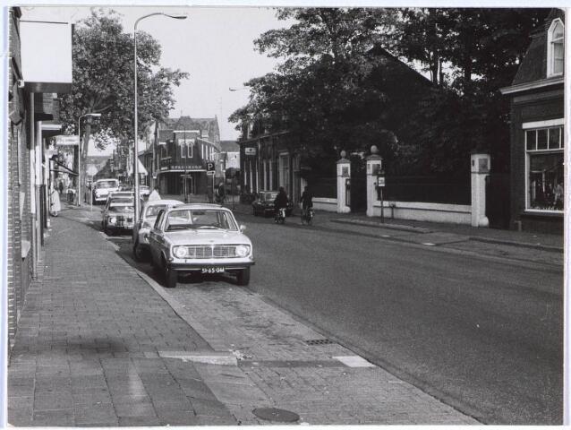 024698 - Korvelseweg ter hoogte van de electronicazaak van Jan van Eijck (rechts)