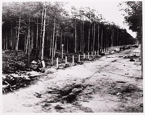 013426 - WOII; WO2; Tweede Wereldoorlog.  Door het Nederlandse leger achtergelaten materieel op de Bredaseweg na het bombardement van 11 mei 1940