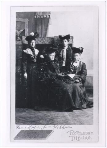 004505 - V.l.n.r. staande Louise, zittend Marie en Cato van HOOF, dochters van Johannes van Hoof en Johanna Maria Becx. Louise Maria (Tilburg 1859-1942) trouwde in 1887 met Ludovicus Hubertus Verschuuren (Tilburg 1846-1931, hoofd openbare school. Maria Engelberta Josephina (Tilburg 1863-1961) en Catharina Maria (Tilburg 1856-1931) bleven ongehuwd. De dame rechts staande is Jo van Vlokhoven.