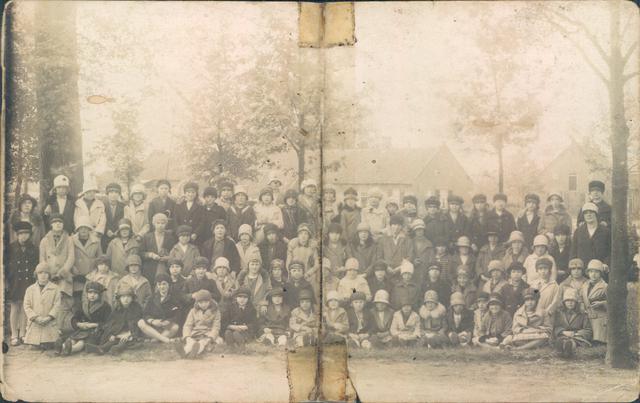 651865 - Familie Van Puijfelik, Tilburg. Op weg naar de Hasseltse Kapel. Schoolklas 3 - 4. Op de 3e rij - 7e van links staat Sjaan van Puijfelik tussen haar klasgenoten.