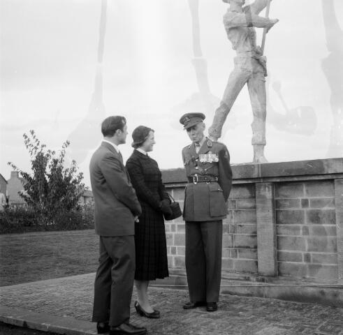 050586 - Prinses Irene in gesprek met een oudstrijder van de Irene Brigade tijdens de onthulling van het monument.