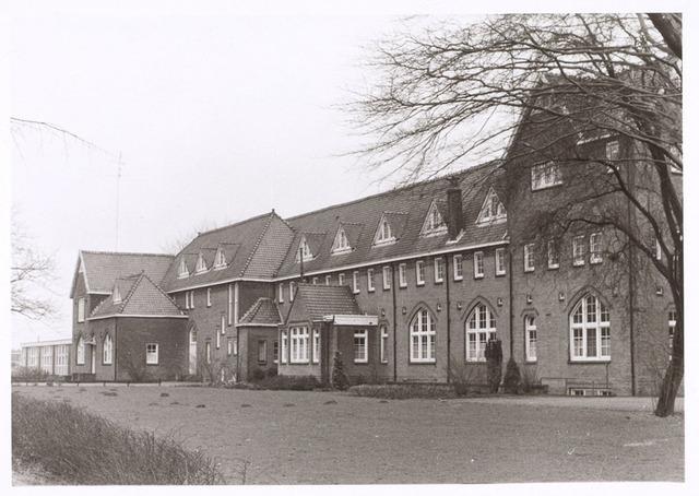 017676 - Gedeelte van het complex van de Rooi Pannen aan de Dr. Ahausstraat begin 1973