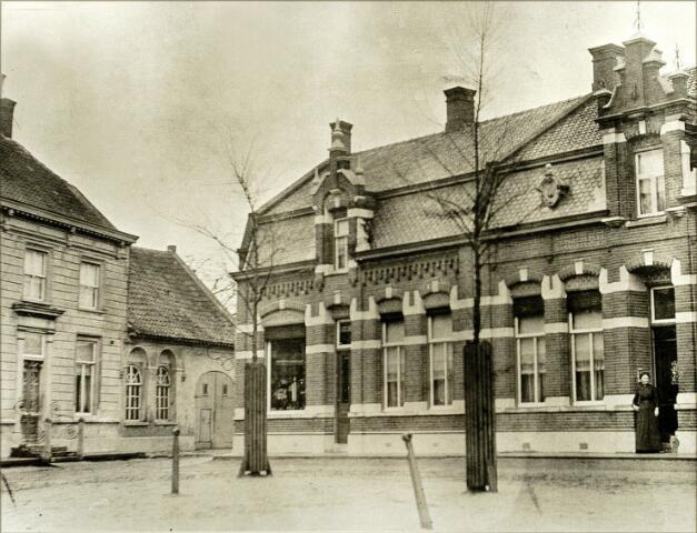 """054498 - De Vrijthof bij de Koestraat. Links huis de """"Oyvaersnest"""" in de zeventiende eeuw brouwerij en oliemolen van Peter Wouters Verrijth. Het pand werd in 1692 eigendom van chirurgijn mr. Adriaen Hanegraeff. Op de plaats van het pand rechts van de Koestraat stonde tot rond 1910 het Kempisch woonhuis """"de Zon"""", bewoond door Bart Vermetten. Het pand op de foto werd gebouwd door de leerlooiersfamilie Mallens."""