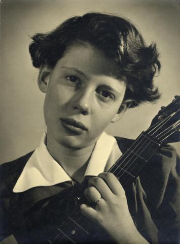 """602394 - Portret. Meisje met muziekinstrument. """"Melancholica"""", bekroonde  foto."""