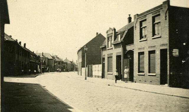 092822 - De Groeseindstraat met rechts het woonhuis van houtwarenfabriant Joseph Gerardus Broeders, Groeseindstraat 39.