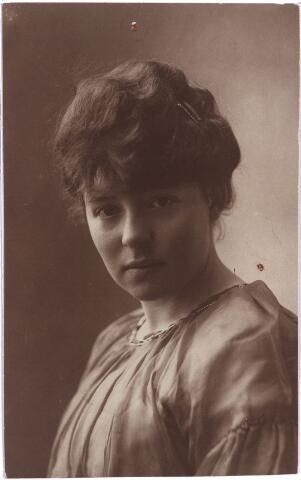003883 - Joanna Judoca Elisabeth Francisca (Jo) BURMANJE, dochter van Wouterus Burmanje (1865-1924) en Elisabeth Stalpers (1860-1923), werd geboren op 2 augustus 1900 te Tilburg (Heuvel) en overleed aldaar op 11 mei 1973. Huwde met Petrus Joannes Maria (Pierre) van der Meijs (1897-1954).