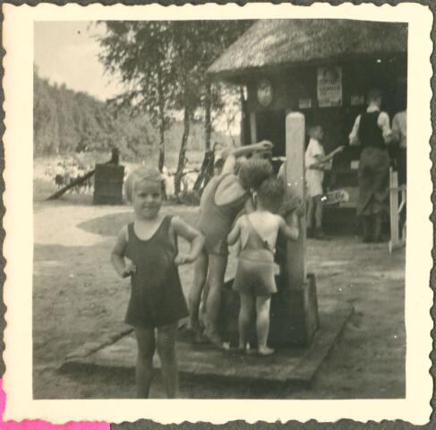 650080 - Verhoeven. Zwembad. Dagje uit. Voorjaar 1949. Gezin Verhoeven met bevriend gezin Gaillard naar Surae, de zwemplas in Dorst. Els Verhoeven (geb. 1946), bij pomp Sjef (1944) en Ton (1947) Verhoeven.