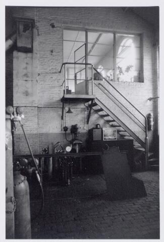 044955 - Interieur van de smederij van de gemeentelijke gasfabriek aan de Lange Nieuwstraat. De trap gaf toegang tot het laboratorium.