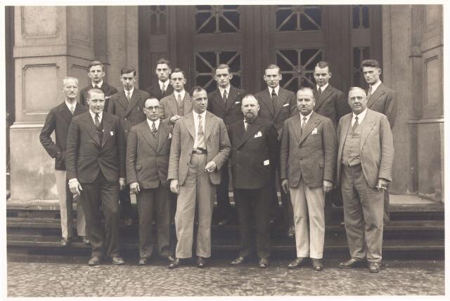 052249 - Onderwijs. Textielschool. Excursie in 1932 in Leverkusen. Derde van rechts: dhr. Handels, directeur.