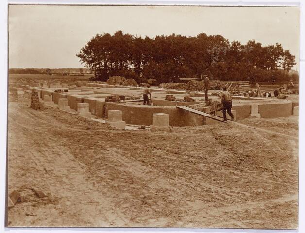 039577 - Bouw oven steenfabriek firma Claesen aan de Lovense Kanaaldijk.