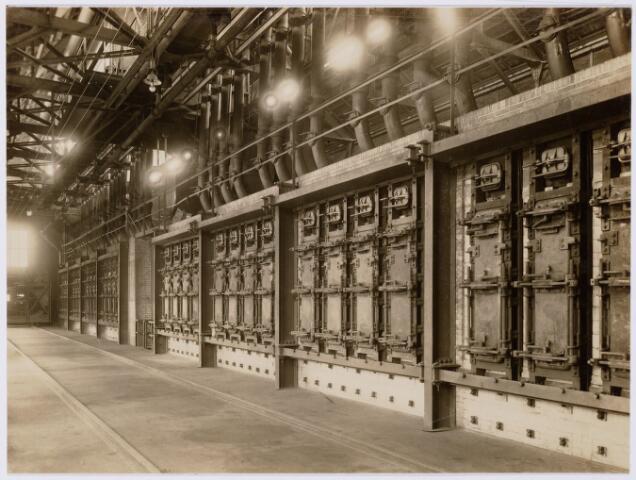 104170 - Energievoorziening. Gas- en Electriciteitsbedrijf (GEB). De bouwwerken voor de electriciteitsfabriek naast de gasfabriek zijn in volle gang en daarmee ontstaat het GEB , het gas- en electriciteitsbedrijf. Op 24 juni 1911 kan de levering van electriciteit plaatsvinden. In september 1954 wordt de electriciteitsproductie overgedragen  aan de PNEM; na 1958 is de centrale in Tilburg ontmanteld en gesloopt; Bij de komst van het aardgas verdwijnt ook het gasbedrijf. Oude klönne ovens.