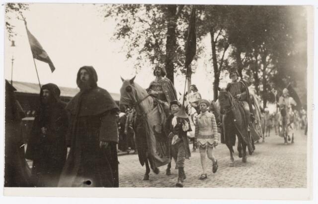 048921 - Optocht ter gelegenheid van de kroningsfeesten bij het 25-jarig jubileum van koningin Wilhelmina (1923-1924) deelnemers verzamelen zich op de Kromhout kazerne te Tilburg. Hier trekt de stoet over de Spoorlaan op 18 augustus 1923.