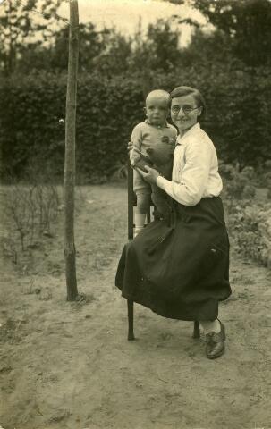092616 - Francisca Jacoba Cornelia (Suska) van Iersel, geboren te Goirle op 17 maart 1915 en aldaar overleden op 15 december 1994. Zij trouwde Jan de Wilde en daarna Wim van Boxtel. Op haar arm Keesje van Iersel, zoontje van het echtpaar Van Iersel-Houtepen