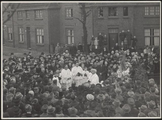 603949 - Inzegening van een Mariabeeld onder grote belangstelling op het Schaepmanplein in Tilburg,1941.