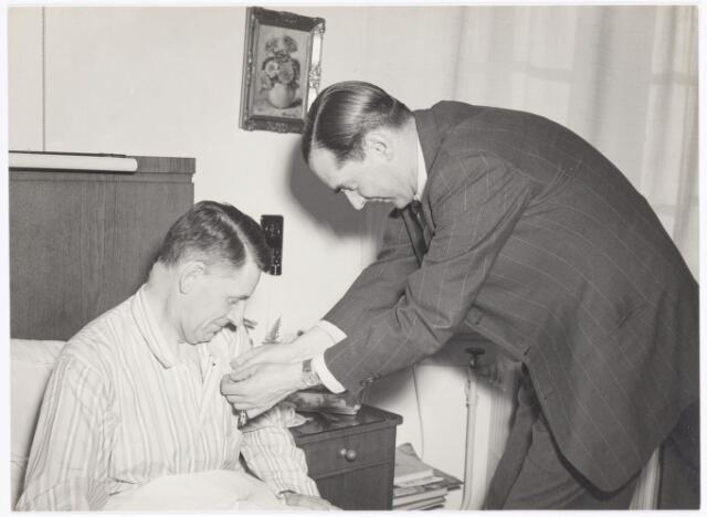 039290 - Volt. Zuid. Directie, Management, Huldiging. Het opspelden van de Koninklijke onderscheiding, Officier in de Orde van Oranje Nassau, op 29 april 1950 door Ir. Frits Philips bij de aan bed gekluisterde Ir. J. Kipperman, directeur van Volt.