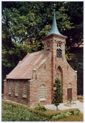 020291 - Een handige inwoner van Tilburg bouwde de Hasseltse kapel in miniatuur en plaatste die in de tuin