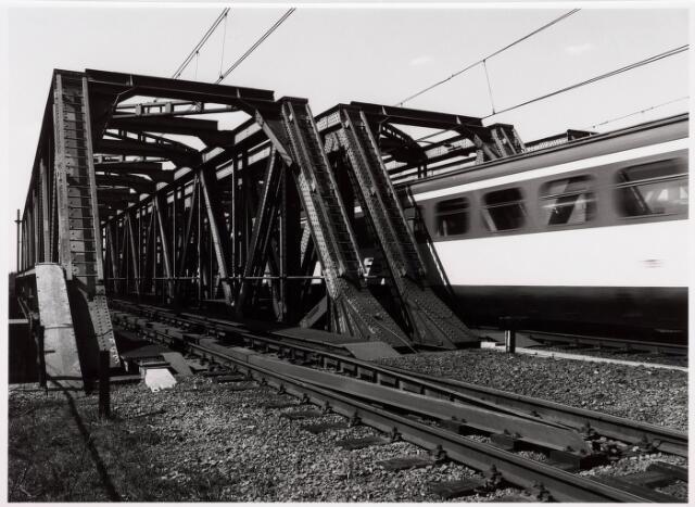 034826 - Een trein passeert de spoorbrug over het Wilhelminakanaal nabij de Bosscheweg