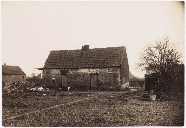 034470 - Lijnsheike. Op de achtergrond (tussen de twee huizen in) staat de molen van Teurlings, welke stond waar nu de  Schans is. Thans heet dit deel van de straat Von Weberstraat. De meeste huizen aan het Lijnsheike zijn inmiddels gesloopt.