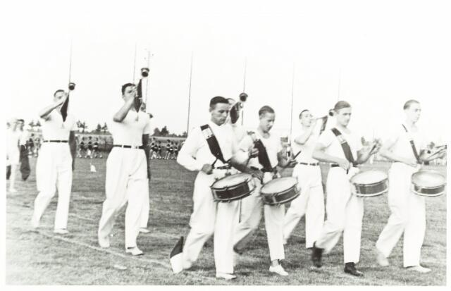 052873 - Sportver. Volt. De drumband van de sportvereniging in 1941. Later zou deze drumband overgaan naar harmonie Volt. Men bleef de sportvereniging wel bedienen als dat gewenst was. De meest linkse tamboer is Willem Veraert.