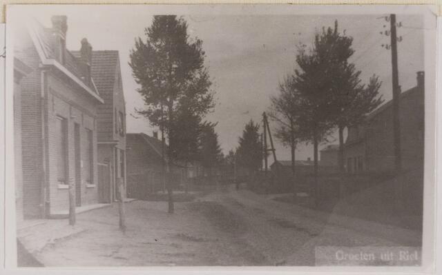 084287 - 1e huis links fam. Van Tilborg (gebouwd 1925); 2e huis fam. Kuipers; 3e huis boerderij fam. De Wit; 1e huis rechts kruidenier Kees v.d. Hout; 2e huis rechts Station Riel