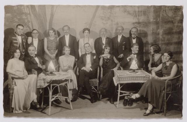 """043988 - Toneel. Toneelvereniging The Showboat met de opvoering van het blijspel """"Kruien door dik en dun"""". The Showboat werd opgericht in 1930 door A. Dröge (staande tweede van links). Men oefende in de Philharmonie, soms met Amsterdamse regisseurs, en trad op in de bioscoopzaal van de Liedertafel aan de Willem II-straat. In de mobilisatietijd trad Showboat ook op voor O. & O. (ontspanning en ontwikkeling voor militairen). De leden kwamen voornamelijk uit de Tilburgse fabrikantenkring en men speelde voor een goed doel, bijvoorbeeld de lighallen (Charlotteoord). Op de foto v.l.n.r. zittend: De Meer, E. van Kemenade, M. Ruding, voorzitter H. Janssen, E. Brouwers, L. Swagemakers, M. van Kemenade en El Kerstens. Naast Dröge staan op de achterste rij de heren E. Goyarts, Ch. Mutsaerts, John Majoie, W. Heufke en Jan Kerstens (2e van rechts)"""