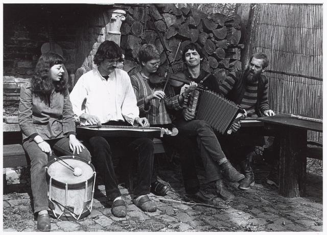 052523 - Populaire muziek. Volksmuziekgroep Fluitekruid. V.l.n.r. Els Hendriks,  Marc Zeegers, Mirjam Bijvank, Jan Elbers, Rolf Janssen.