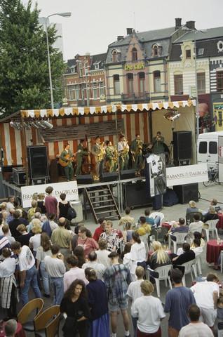 TLB023000870_002 - Jazzfestival; podium met band en publiek aan de Heuvelring.