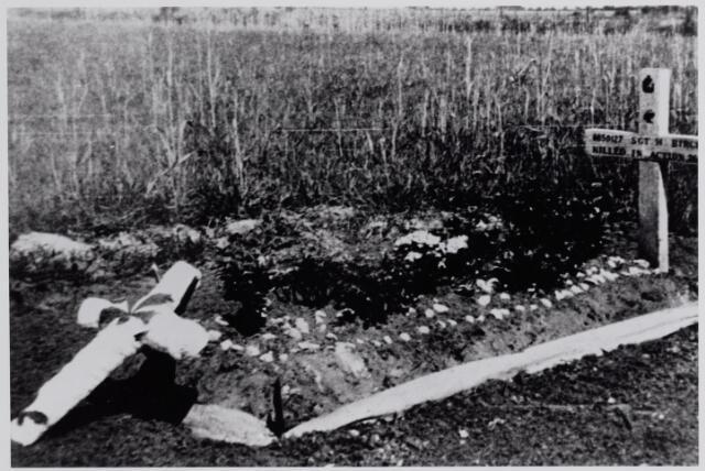 045689 - Tweede Wereldoorlog. Graf van sergeant H. Birch, gesneuveld bij de bevrijding van Goirle. Het graf is versierd met bloemen en linten door een groepje meisjes uit Wildeind