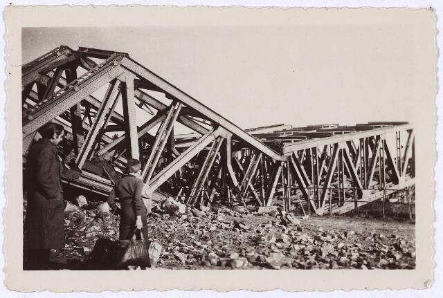 012343 - Tweede Wereldoorlog. Vernielingen. Door de Duitsers opgeblazen spoorbrug over het Wilhelminakanaal nabij het LONGA-terrein