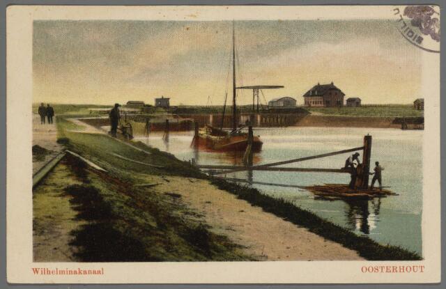 102828 - Wilhelminakanaal.Het graven van het Wilhelminakanaal en het Markkanaal startte in 1909. Een van de kunstwerken in het Wilhelminakanaal was de dubbele sluis die de verbinding vormde tussen de zwaaikom en het vaarstuk Oosterhout-Dongen. Het huis links werd bewoond door de sluiswachter die ook het openen en sluiten van de ophaalbrug voor zijn rekening nam