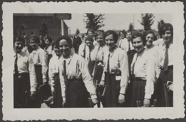 603868 - Leden van de katholieke vrouwelijke jeugdbeweging.  Collectie Agnes Rijnen- van de Put