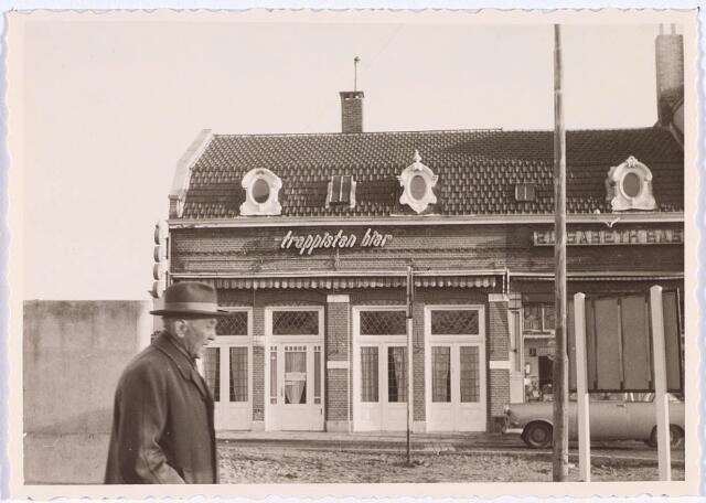 020884 - Het bekende café Kras aan de oostzijde van de Heuvel dat in de eerste helft van de jaren '60 van de 20e eeuw moest wijken voor de aanleg van het hoogspoor