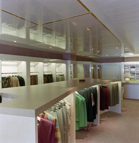 1237_012_967_007 - Ondernemers. Winkels. Kledingzaak. Het interieur van Esterelle Mode aan de Korvelseweg in juli 1993.