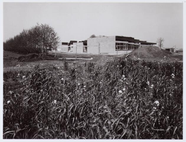 """062736 - Onderwijs. Het schoolgebouw van de M.A.V.O. """"de Vlierakker"""" aan de Vlierakkerweg 2"""
