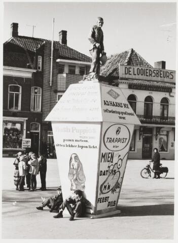 068255 - Carnaval. Het symbool van carnaval in Tilburg: De Kruikenzeiker op de Heuvel.