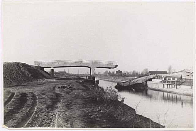 012390 - Tweede Wereldoorlog. Vernielingen. De begin september 1944 opgeblazen viaductbrug over het Wilhelminakanaal bij de Meierijbaan