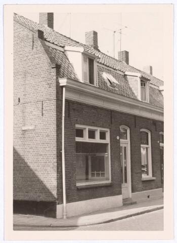 """017103 - Pand Capucijnenstraat 95, op de hoek met de Roggestraat. In deze winkel had Janus van Gool zijn groentezaak, en later zat hier """"Leentje"""" met haar huishoudelijke artikelen en een enorme verscheidenheid aan snoep."""