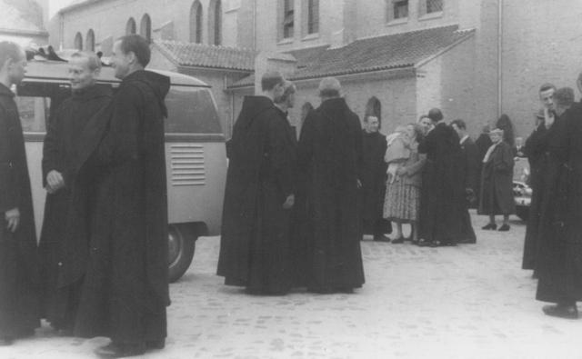 105232 - Ontvangst van (leken-)gasten in de Sint Paulusabdij. Kloosters