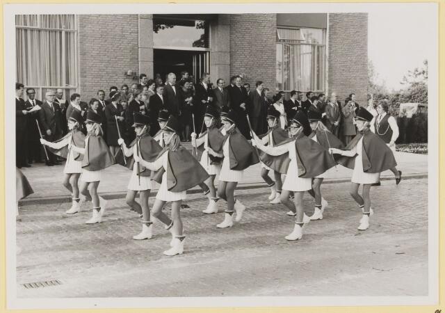 072994 - Opening gemeentehuis door de Commissaris van de Koningin Kortmann. Defilé verenigingsleven vóór het gemeentehuis. Majorettes.