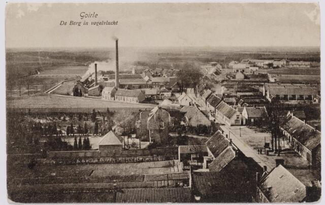 046232 - De Berg(straat) in vogelvlucht.  Links in het midden huize Anna. Links op de achtergrond de Watermolenstraat en de textielfabriek van de firma Van Puijenbroek.
