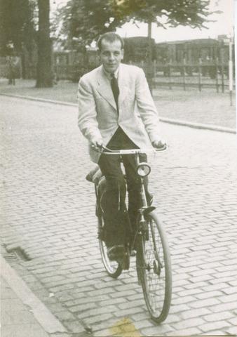 604456 - Tweede Wereldoorlog. Oorlogsslachtoffers. Bertram Polak; werd geboren op 29 maart 1918 in Tilburg en overleed op 17 augustus 1942 in Birkenau, Duitsland. Betram Polak werd gearresteerd bij een vluchtpoging naar Engeland in 1941, samen met Samuel de Wit. Het gezin waar Bertram bij hoorde (Max Polak en drie dochters) was al in de mei dagen van 1940 gevlucht).