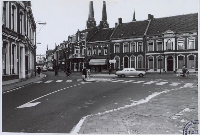 021254 - Korte Heuvel, gezien vanuit de St.-Josephstraat, met in het midden café De Roskam van de familie Voskens