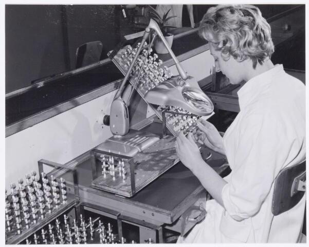 039064 - Volt. Zuid. Productie, fabricage van T.V. Tuners of kanalenkiezers rond 1965. Hier het controleren van de rotorpakketten.