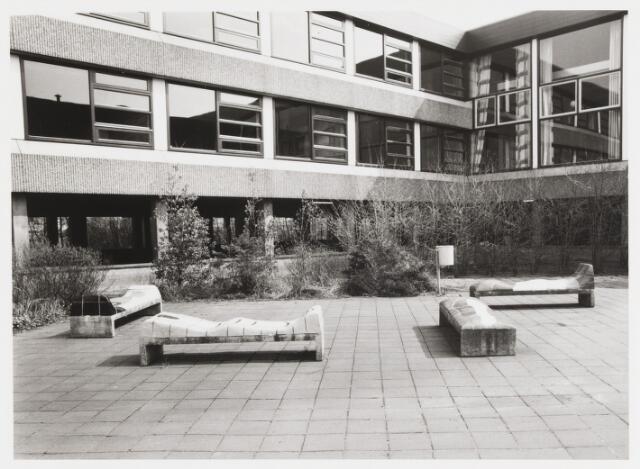 """067693 - VIER ZITBANKEN, keramisch beeldhouwwerk door Jan SNOECK (geb. 1927 in Rotterdam,  woonplaats Den Haag). Materiaal: gebakken en geglazuurde klei, op betonnen onderstellen.  Lokatie: pauzeplaats van het """"Cobbenhage-College"""", School voor VWO en HAVO, thans: """"2College Cobbenhagen"""",  Brittendreef 5 en Gershwinstraat 8. Realisatie: 1975, bij de bouw van de school.  Trefwoorden: Kunst in de openbare ruimte. Onderwijs."""