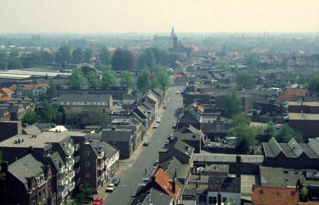 656494 - Afbraak van de Sint Josephschool in de Hoefstraat Tilburg in 1990. Blik vanaf kerk Hoefstraat, verderop kerk Loven en kerk Sacramentsparochie.