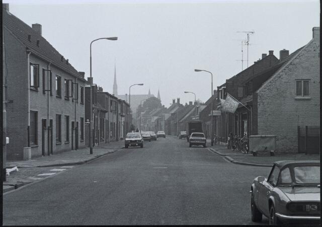 020417 - Hasseltstraat in de zomer van 1983, gezien in de richting van het Wilhelminapark. Op de achtergrond de kerk van Onze Lieve Vrouw van de H. Rozenkrans van de parochie Hasselt