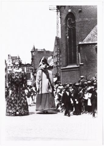 008584 - Folkloreschouw op 21 juli 1929 voor het stadhuis op de Oude Markt, gefotografeerd door Henri Berssenbrugge (1873-1959). De reuzen Valuas en zijn vrouw, afkomstig van het schuttersgilde van Venlo.Onderdeel van reportage, zie nrs. 8583 t/m 8598.